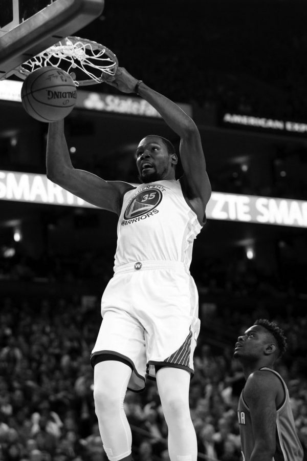 Golden State Warriorss Kevin Durant (35) dunks against the Oklahoma City Thunder in the first half of a NBA game at Oracle Arena in Oakland, Calif., on Thursday, Nov. 3, 2016. (Ray Chavez/Bay Area News Group)